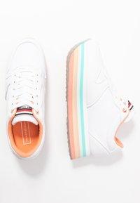 Tommy Hilfiger - PIPED FLATFORM SNEAKER - Sneakersy niskie - white - 3