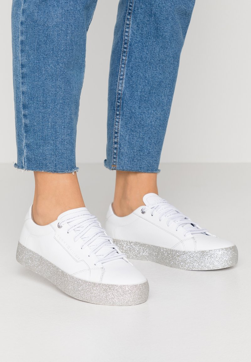Tommy Hilfiger - GLITTER FOXING DRESS SNEAKER - Tenisky - white/silver