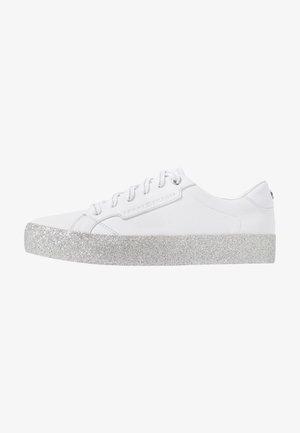 GLITTER FOXING DRESS SNEAKER - Trainers - white/silver