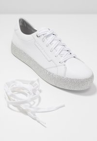 Tommy Hilfiger - GLITTER FOXING DRESS SNEAKER - Tenisky - white/silver - 7