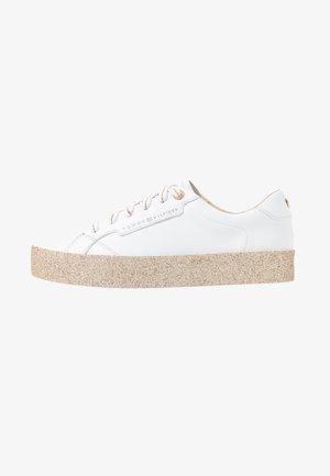 GLITTER FOXING DRESS SNEAKER - Matalavartiset tennarit - white/gold