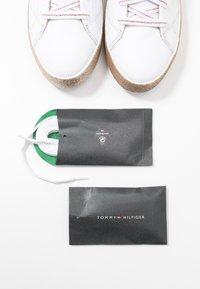 Tommy Hilfiger - GLITTER FOXING DRESS SNEAKER - Sneakers laag - white/gold - 7