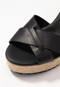 Tommy Hilfiger - TH RAFFIA HIGH WEDGE SANDAL - Sandály na vysokém podpatku - black - 2