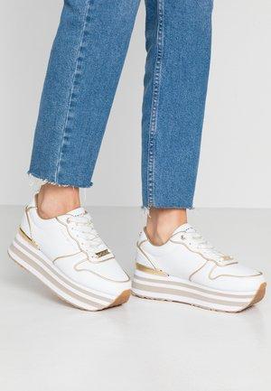METALLIC FLATFORM SNEAKER - Sneakersy niskie - white