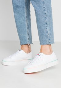 Tommy Hilfiger - STRIPED FLATFORM SNEAKER - Trainers - white - 0