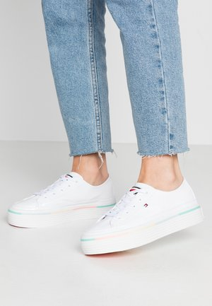 STRIPED FLATFORM SNEAKER - Sneakersy niskie - white