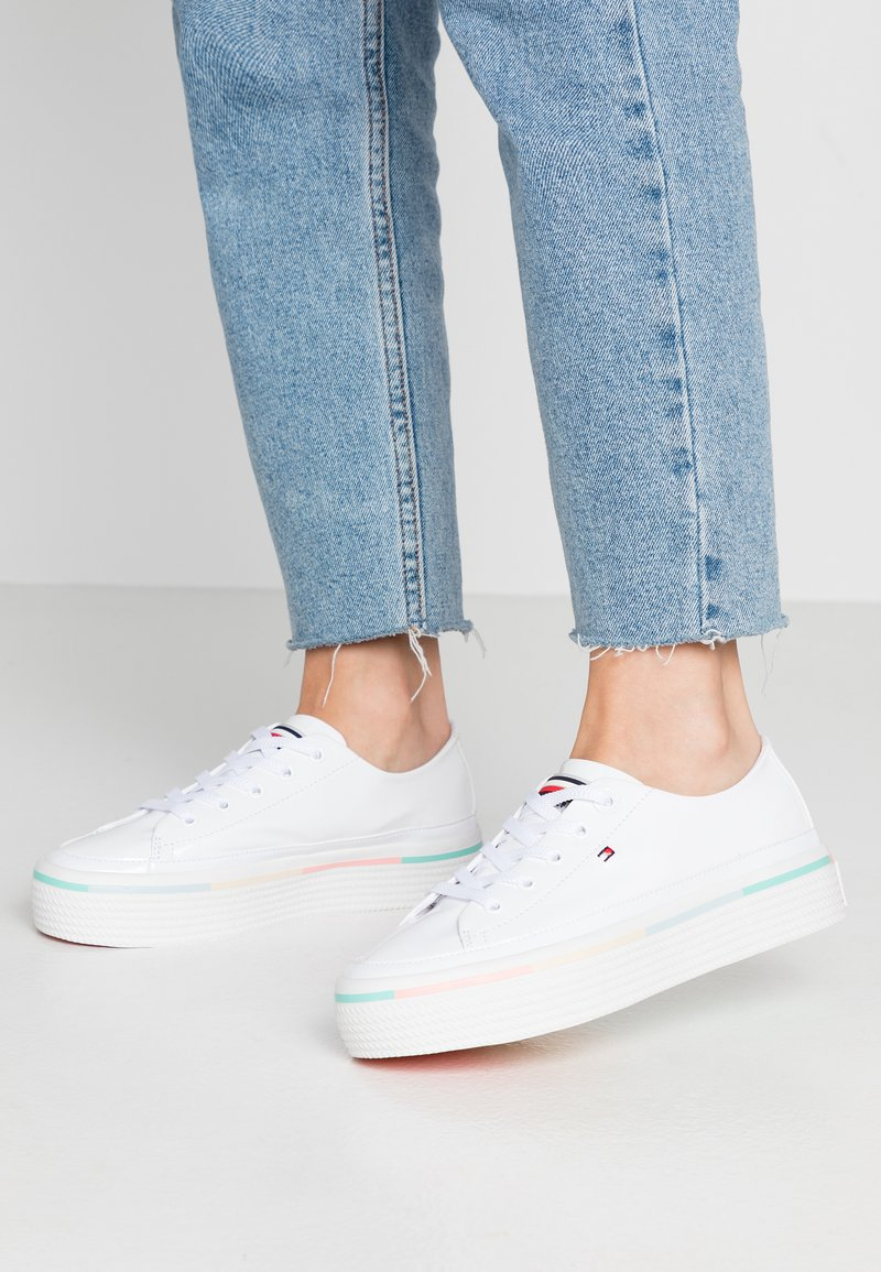 Tommy Hilfiger - STRIPED FLATFORM SNEAKER - Trainers - white