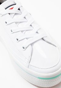 Tommy Hilfiger - STRIPED FLATFORM SNEAKER - Trainers - white - 2