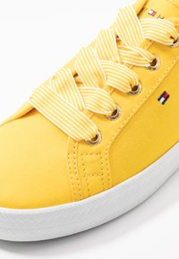 Tommy Hilfiger - ESSENTIAL NAUTICAL SNEAKER - Joggesko - sunny - 2