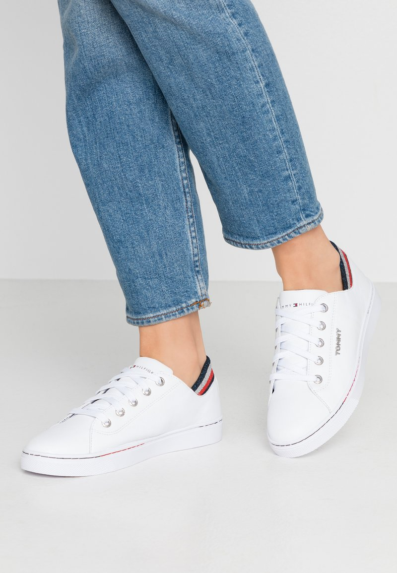 Tommy Hilfiger - GLITTER DETAIL CITY SNEAKER - Trainers - white