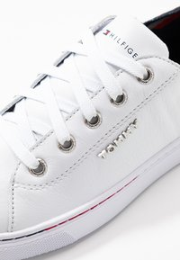 Tommy Hilfiger - GLITTER DETAIL CITY SNEAKER - Trainers - white - 2