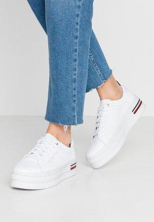MODERN FLATFORM SNEAKER - Sneaker low - white