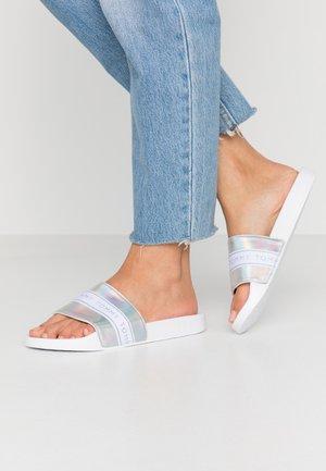 MAEZIE - Pantofle - white