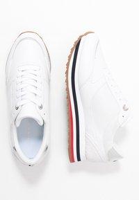 Tommy Hilfiger - FEMININE TOMMY MONOGRAM SNEAKER - Sneakers basse - white - 3