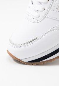 Tommy Hilfiger - FEMININE TOMMY MONOGRAM SNEAKER - Sneakers basse - white - 2