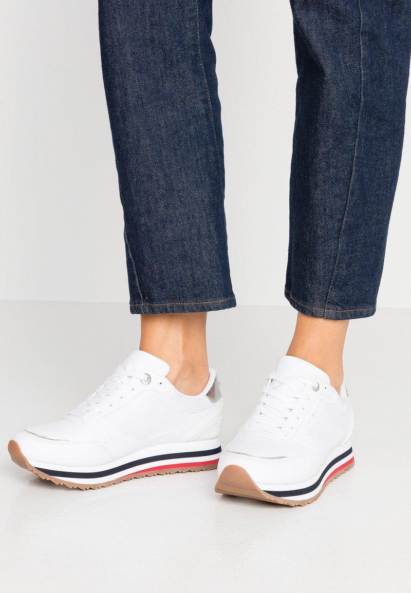 Tommy Hilfiger - FEMININE TOMMY MONOGRAM SNEAKER - Sneakers basse - white