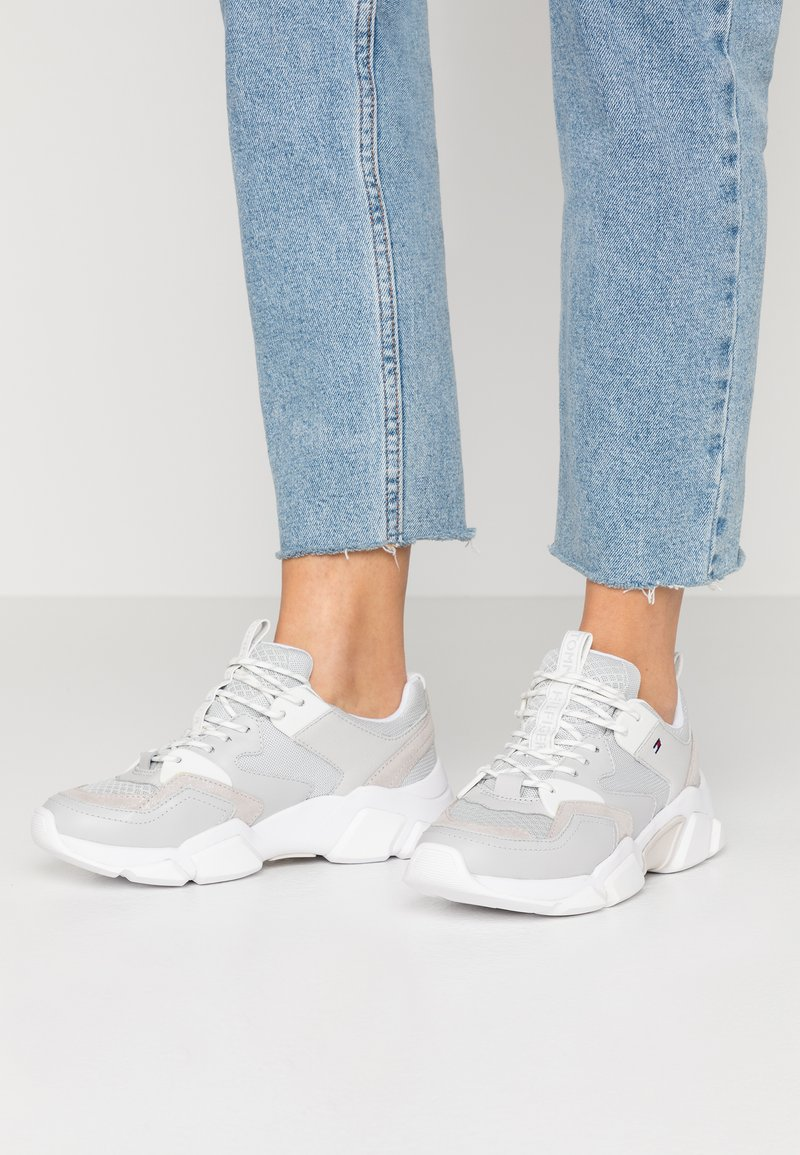 Tommy Hilfiger - CHUNKY LIFESTYLE GLITTER SNEAKER - Sneakers laag - grey whisper