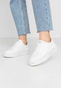 Tommy Hilfiger - SUSTAINABLE APPLESKIN SNEAKER - Sneakers laag - white - 0