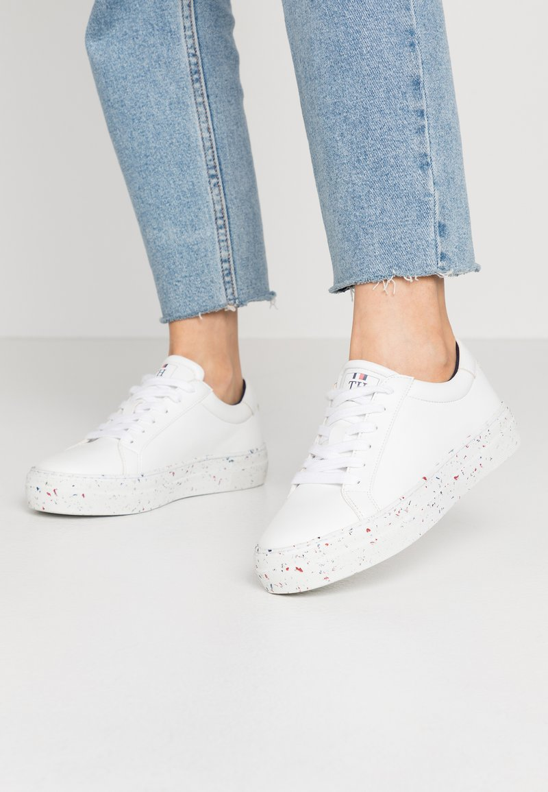Tommy Hilfiger - SUSTAINABLE APPLESKIN SNEAKER - Sneakers laag - white