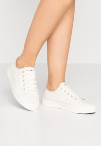 Tommy Hilfiger - BASIC - Trainers - ivory - 0