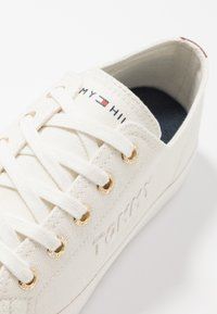 Tommy Hilfiger - BASIC - Joggesko - ivory - 2