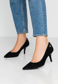 Tommy Hilfiger - ELEVATED TH HARDWARE PUMP - Classic heels - black - 0