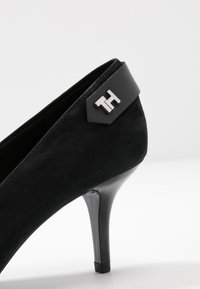 Tommy Hilfiger - ELEVATED TH HARDWARE PUMP - Classic heels - black - 2
