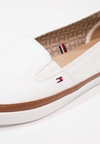 Tommy Hilfiger - ICONIC KESHA SLIP ON - Slip-ons - white - 6