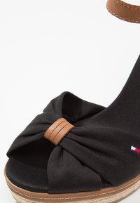 Tommy Hilfiger - ICONIC ELENA SANDAL - Sandaler med høye hæler - black - 6