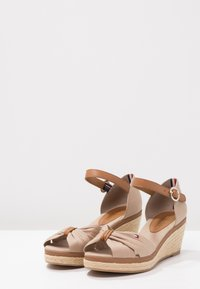 Tommy Hilfiger - ICONIC ELBA SANDAL - Plateausandalette - taupe - 3
