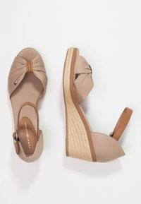 Tommy Hilfiger - ICONIC ELBA SANDAL - Plateausandalette - taupe - 2