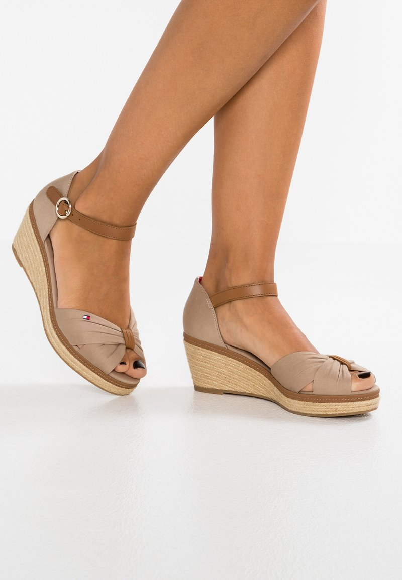 Tommy Hilfiger - ICONIC ELBA SANDAL - Plateausandalette - taupe