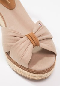 Tommy Hilfiger - ICONIC ELBA SANDAL - Plateausandalette - taupe - 6