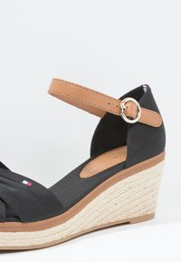 Tommy Hilfiger - ICONIC ELBA SANDAL - Sandály na platformě - black - 6