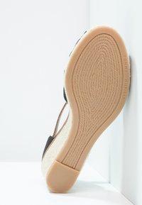Tommy Hilfiger - ICONIC ELBA SANDAL - Sandály na platformě - black - 5