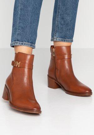 TH HARDWARE LEATHER MID BOOTIE - Korte laarzen - brown