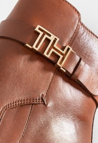 Tommy Hilfiger - TH HARDWARE LEATHER MID BOOTIE - Korte laarzen - brown - 2