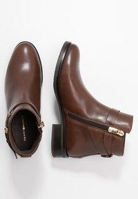 Tommy Hilfiger - HARDWARE FLAT BOOTIE - Korte laarzen - brown - 3