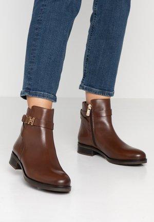 HARDWARE FLAT BOOTIE - Korte laarzen - brown