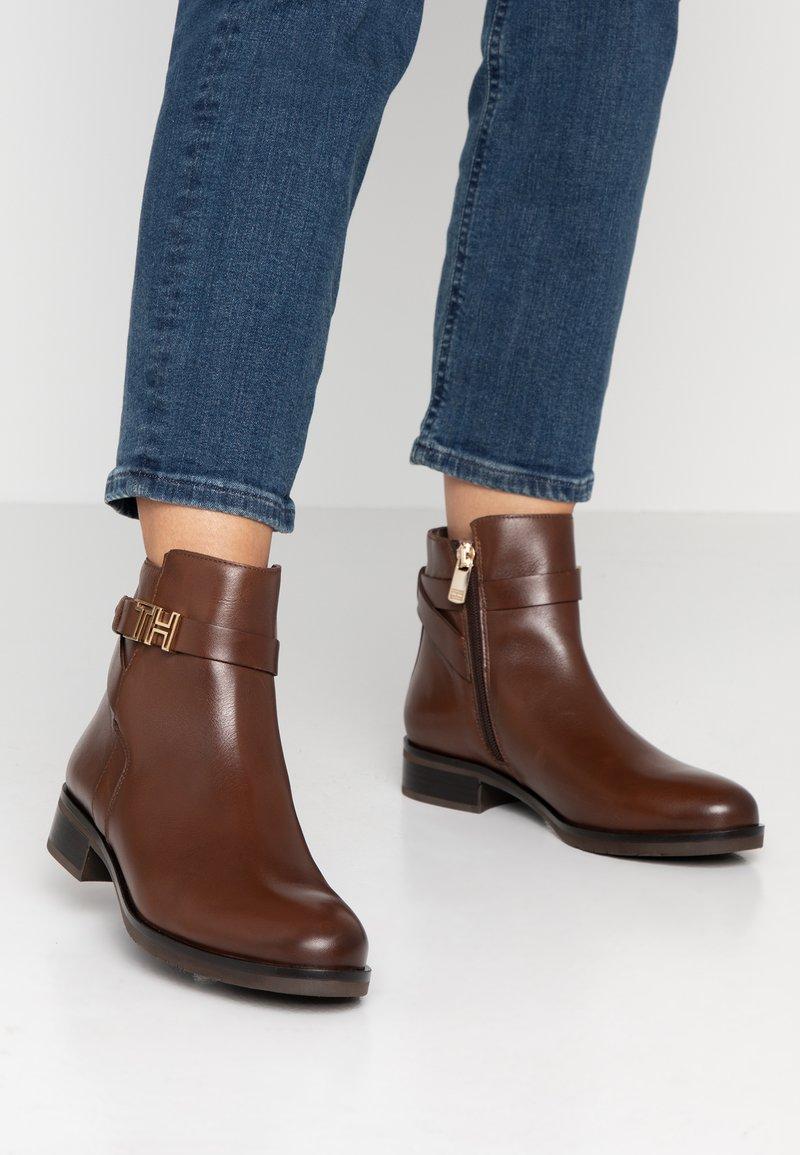 Tommy Hilfiger - HARDWARE FLAT BOOTIE - Korte laarzen - brown