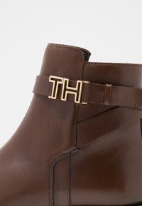Tommy Hilfiger - HARDWARE FLAT BOOTIE - Korte laarzen - brown - 2