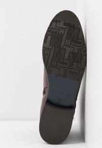 Tommy Hilfiger - HARDWARE FLAT BOOTIE - Korte laarzen - brown - 6
