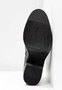 Tommy Hilfiger - CORPORATE HARDWARE BOOTIE - High heeled ankle boots - black - 6