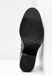 Tommy Hilfiger - CORPORATE HARDWARE BOOTIE - Ankelboots med høye hæler - black - 6