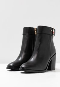 Tommy Hilfiger - CORPORATE HARDWARE BOOTIE - High heeled ankle boots - black - 4