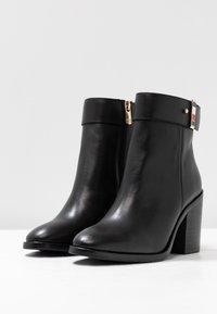 Tommy Hilfiger - CORPORATE HARDWARE BOOTIE - Ankelboots med høye hæler - black - 4