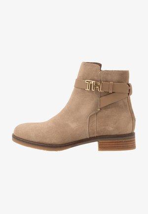 TH HARDWARE FLAT BOOTIE - Korte laarzen - brown