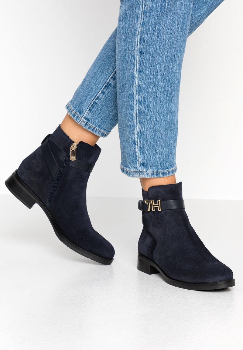 Tommy Hilfiger - TH HARDWARE FLAT BOOTIE - Botines - blue