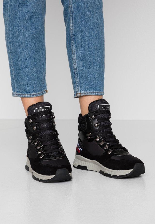 PATENT FASHION SPORTY BOOT - Botines con cordones - black