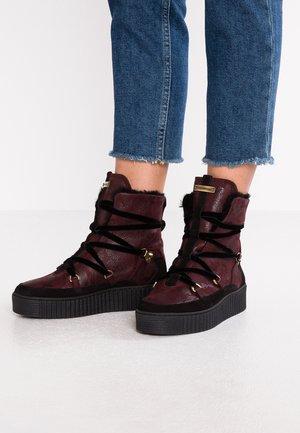 COZY WARMLINED BOOT - Kotníkové boty na platformě - decadent chocolate